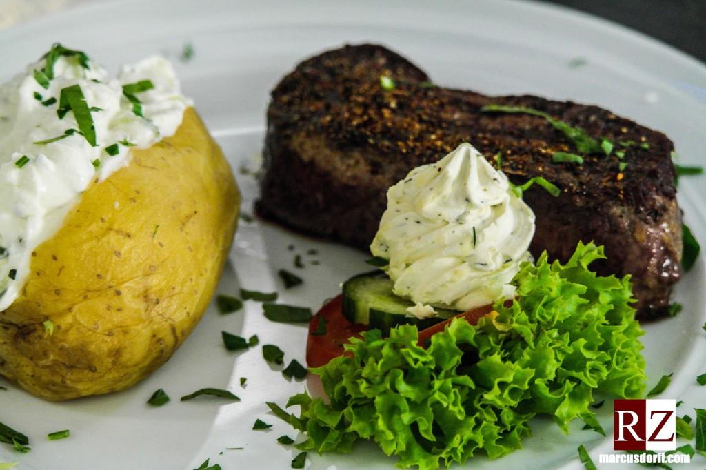 Argentinisches Rumpsteak mit gebackener Kartoffel & Sauerrahm